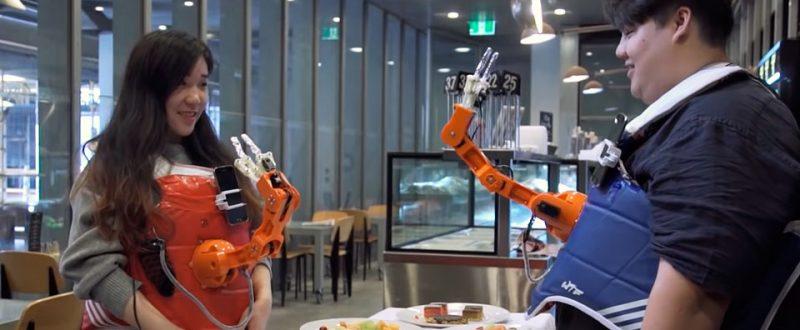 Úžasná novinka! Robot implementovaný na telo človeka! :) | Arm a Dine